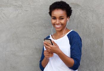 mulher-segurando-smartphone